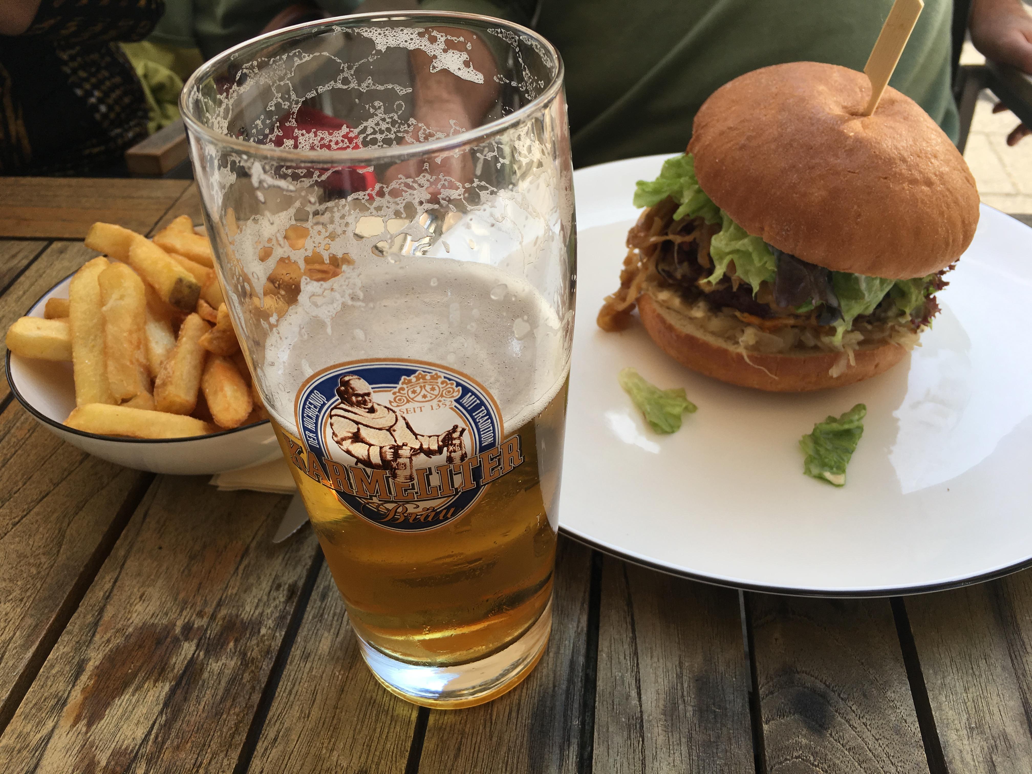 Rhineland Hamburger : mit Blutwurst und Sauerkraut