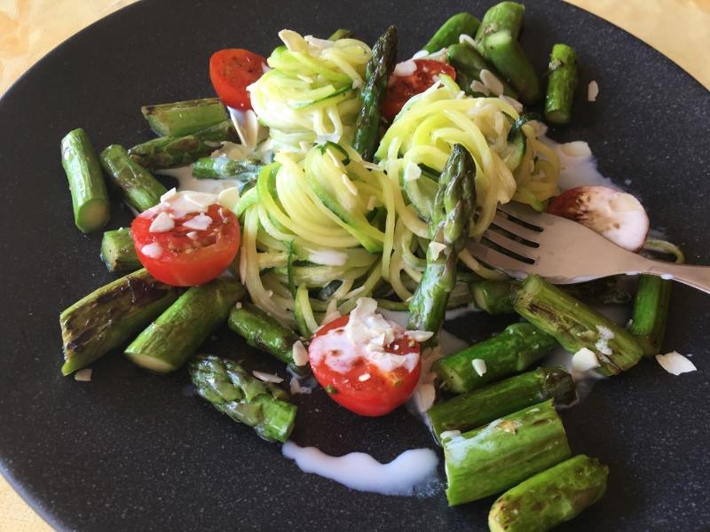 78bf5df0ac ... Spargel, Tomaten und Mandeln verfeinert. Man kann die Zoodles sie wie  Nudeln vorbereiten aber das ist Gemüse: für alle die eine Diät folgen oder  wenn ...