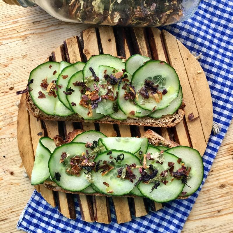 Brot mit Gurken und Algen